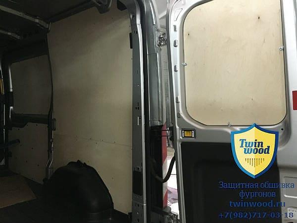 Обшивка стен и дверей фургона берёзовой фанерой