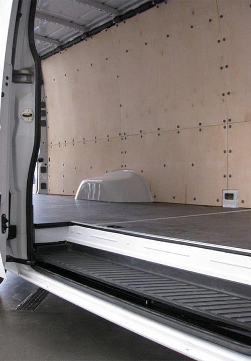 Обшивка фургона Mercedes-Benz Sprinter L4H2: Пол и стены (вид со стороны боковой двери)