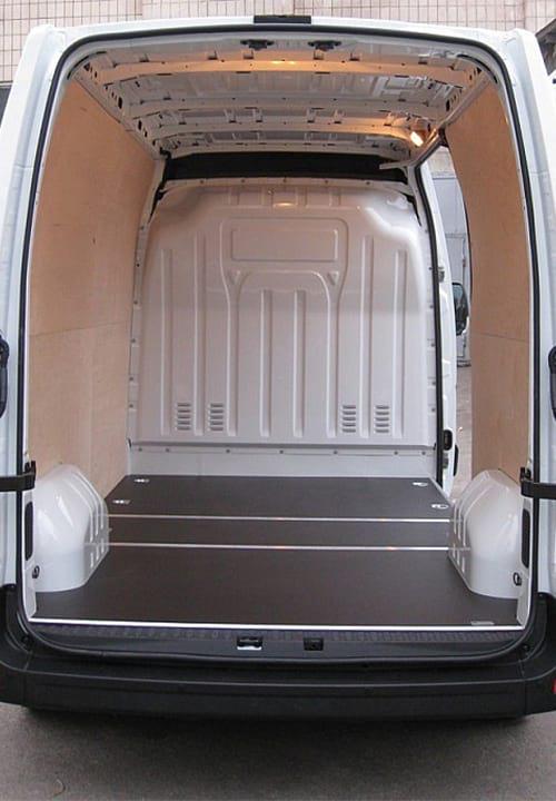 Обшивка фургона Renault Master L2H2: Пол и стены (вид сзади)