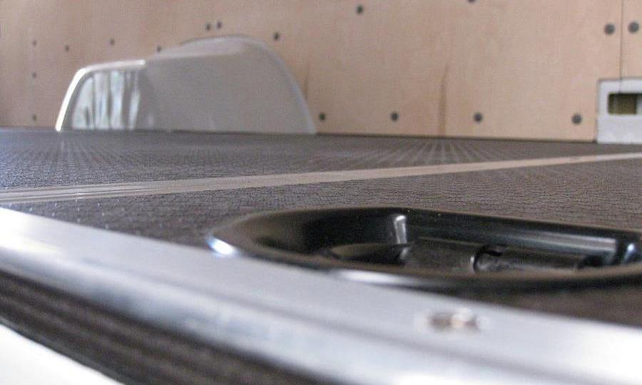 Обшивка фургона Mercedes-Benz Sprinter L4H2: Пол и такелажное кольцо