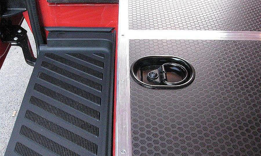 Обшивка фургона Mercedes-Benz Sprinter L3H3: Пол и такелажное кольцо