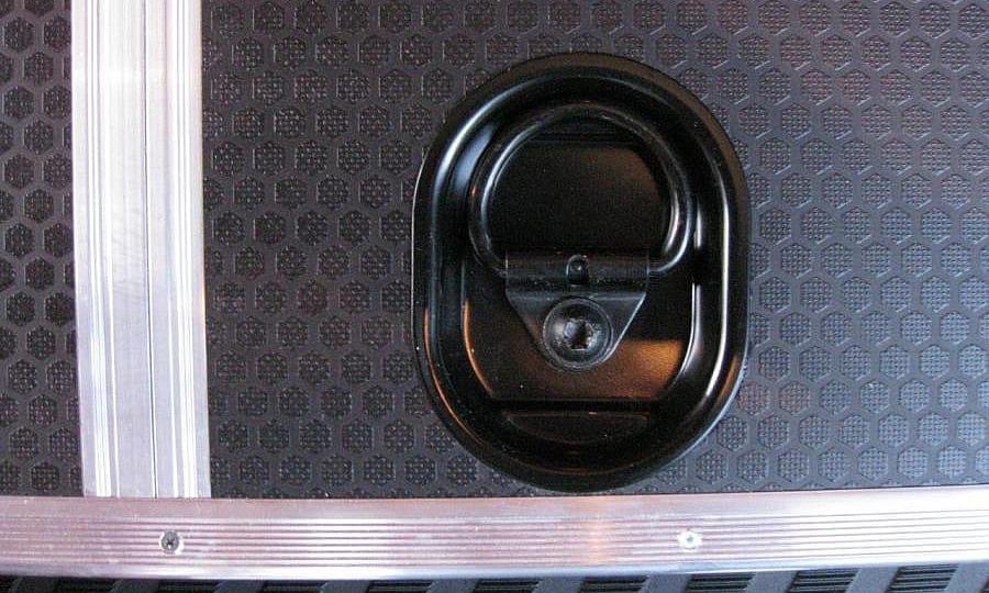 Обшивка фургона Mercedes-Benz Sprinter L3H3: Пол и такелажное кольцо (вид сверху)