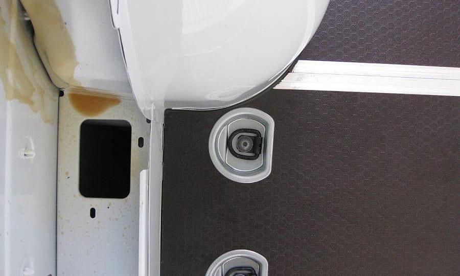 Обшивка фургона Renault Master L2H2: Пол и такелажные кольца