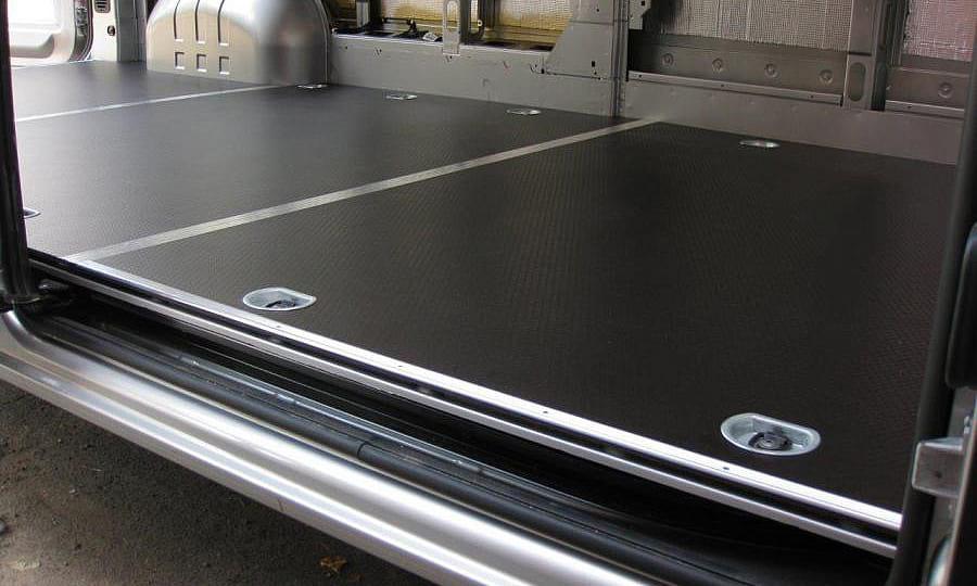 Обшивка фургона Renault Master L3H2: Пол и такелажные кольца