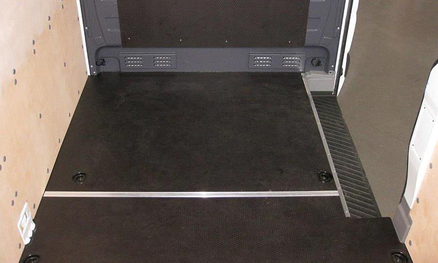 Обшивка фургона Mercedes-Benz Sprinter L4H2: Пол, стены и перегородка за водителем