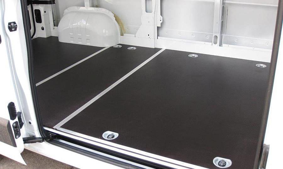 Обшивка фургона Renault Master L2H2: Пол (вид со стороны боковой двери)