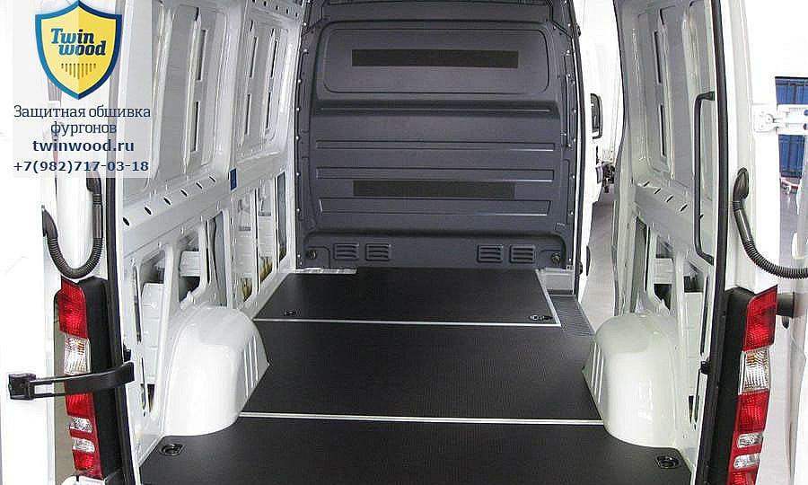 Обшивка фургона Mercedes-Benz Sprinter L2H2: Пол (вид со стороны задних дверей)