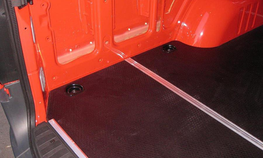 Обшивка фургона Mercedes-Benz Sprinter L3H3: Пол (вид со стороны задних дверей)