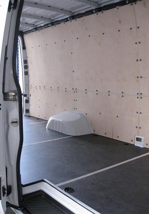 Обшивка фургона Mercedes-Benz Sprinter L4H2: Стены и пол (вид со стороны боковой двери)