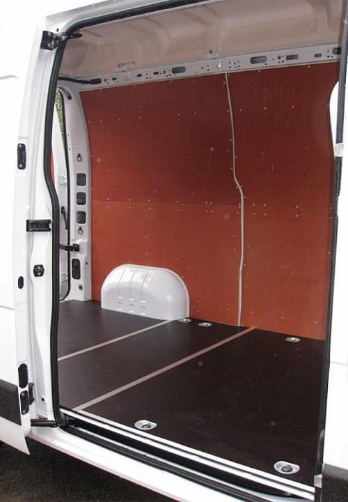 Обшивка фургона Renault Master L2H2: Стены и пол (вид со стороны боковой двери)