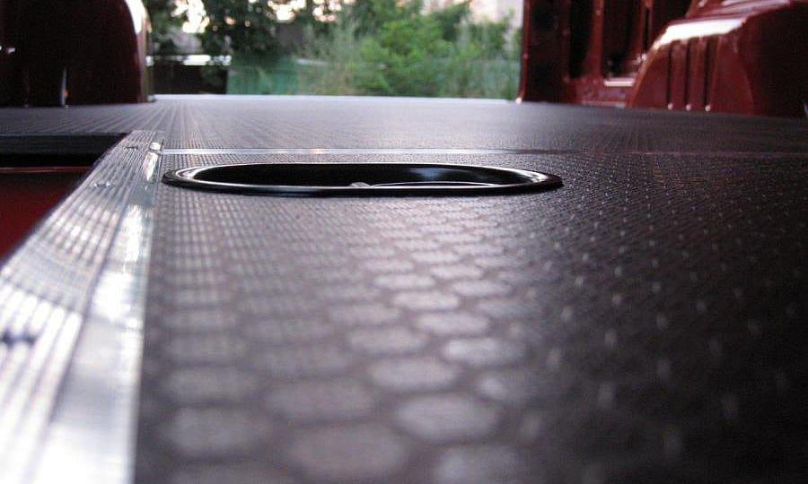 Обшивка фургона Mercedes-Benz Sprinter L3H3: Такелажное кольцо в полу