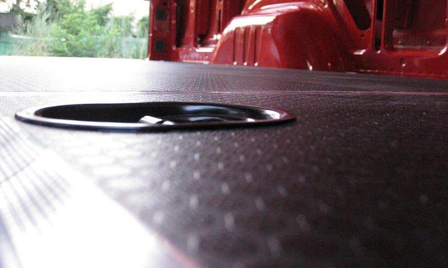 Обшивка фургона Mercedes-Benz Sprinter L3H3: Такелажное кольцо в полу (крупный план)