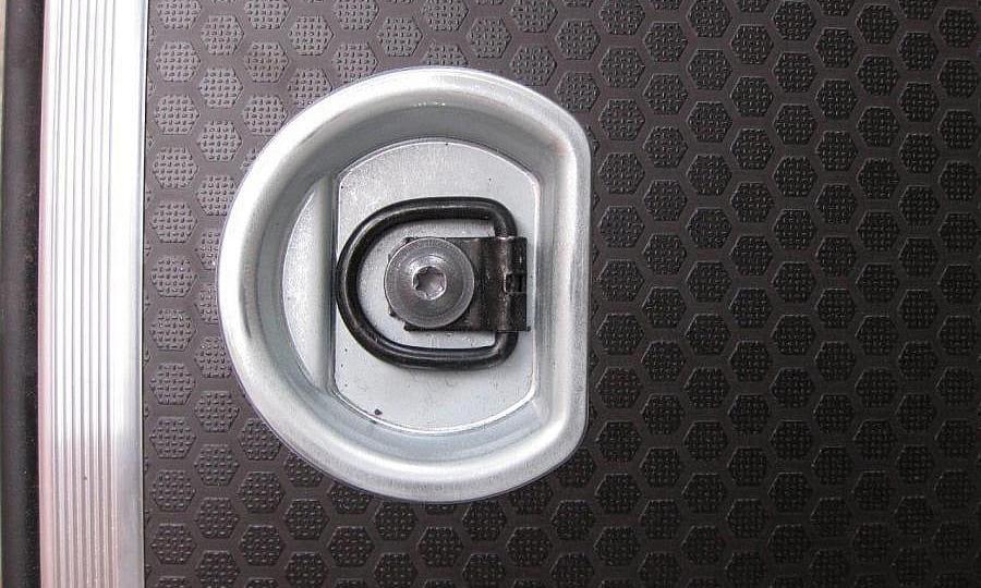 Обшивка фургона Renault Master L3H2: Такелажное кольцо в полу