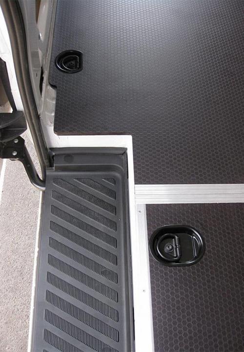Volkswagen Crafter L3H2: Такелажные кольца в полу