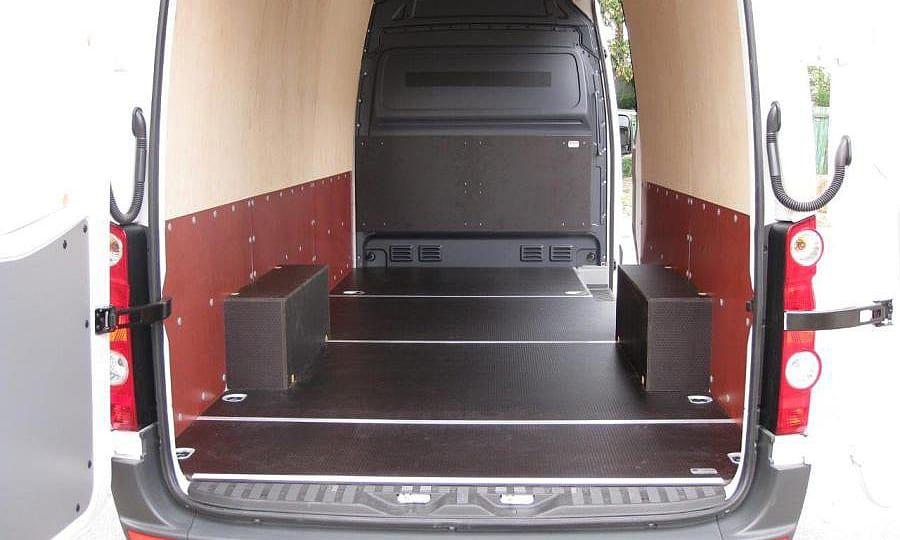 Volkswagen Crafter L3H2: Вид со стороны задних дверей