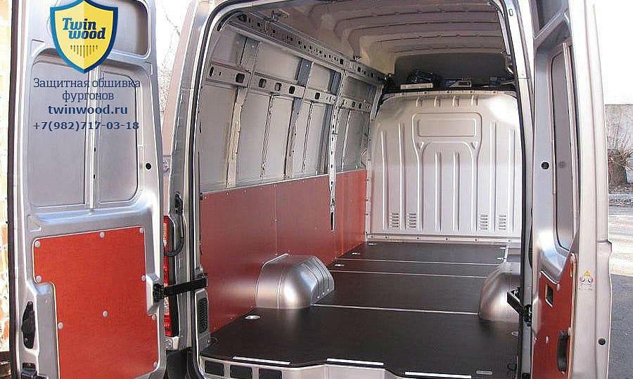 Обшивка фургона Renault Master L4H3: Вид со стороны задних дверей