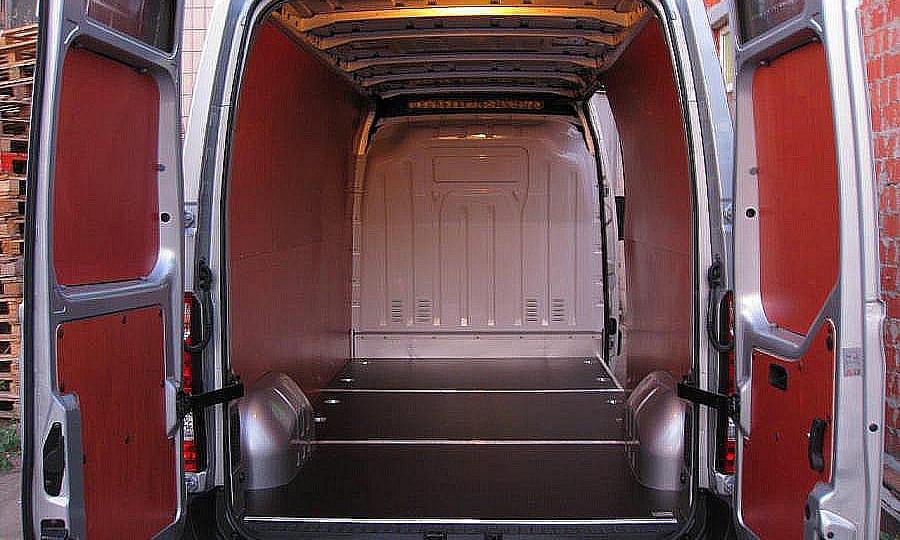 Обшивка фургона Renault Master L3H2: Вид со стороны задних дверей