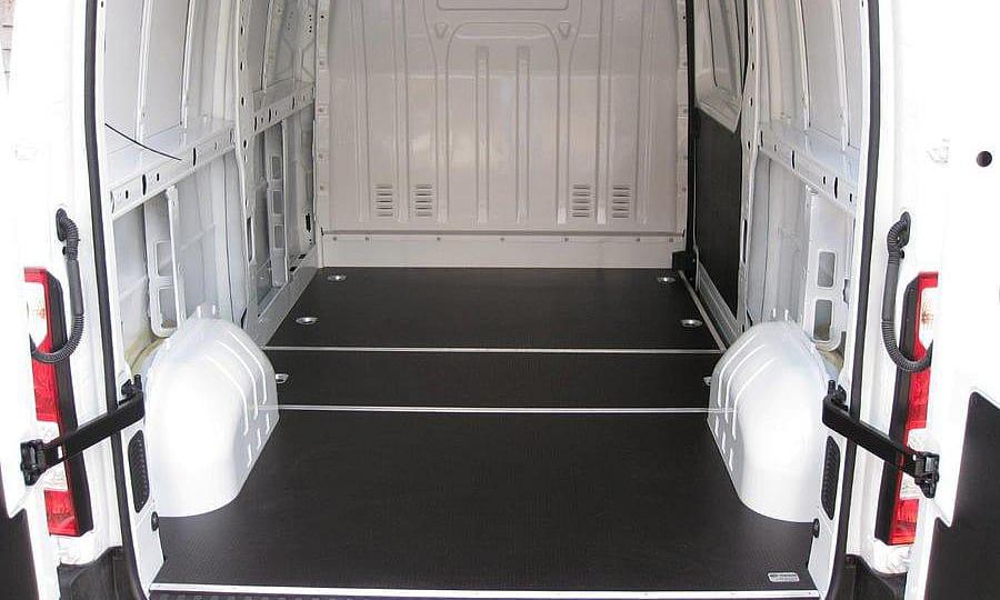 Обшивка фургона Renault Master L2H2: Вид со стороны задних дверей