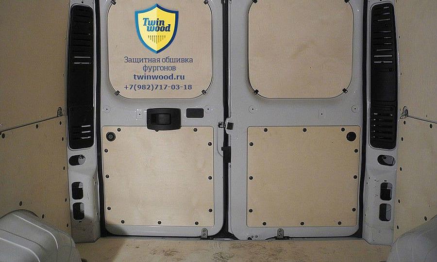 Fiat Ducato L1H1: Задние двери, пол и стены