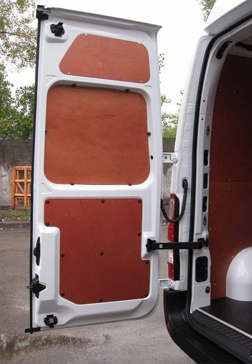 Обшивка фургона Renault Master L2H2: Задняя дверь